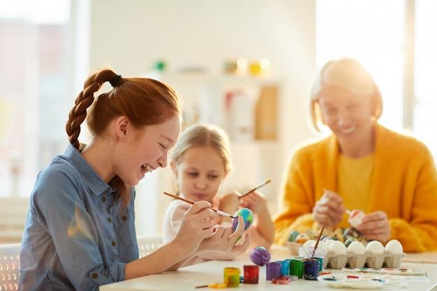 Dzieci cieszące się przygotowaniami wielkanocnymi