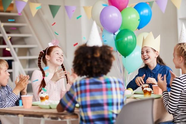 Dzieci cieszące się urodzinową kolacją