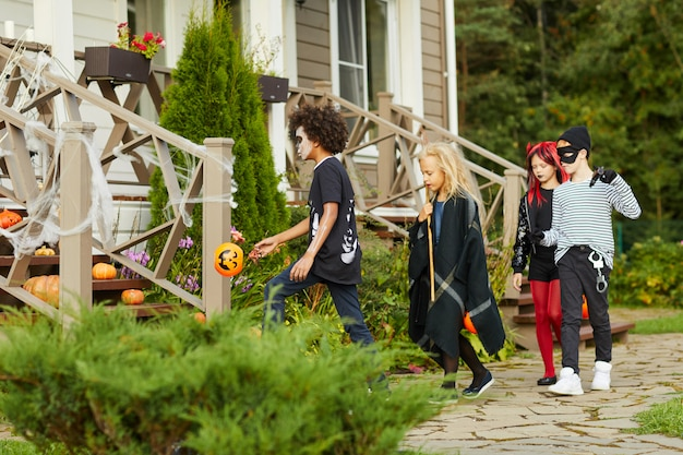 Dzieci cukierek albo psikus w sąsiedztwie