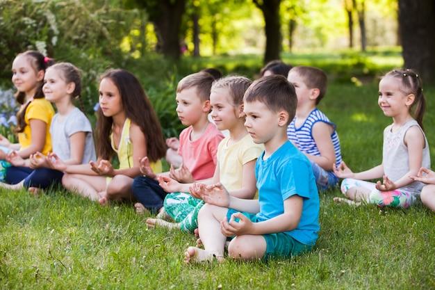 Dzieci ćwiczące jogę.