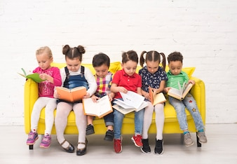 Dzieci czytają książki