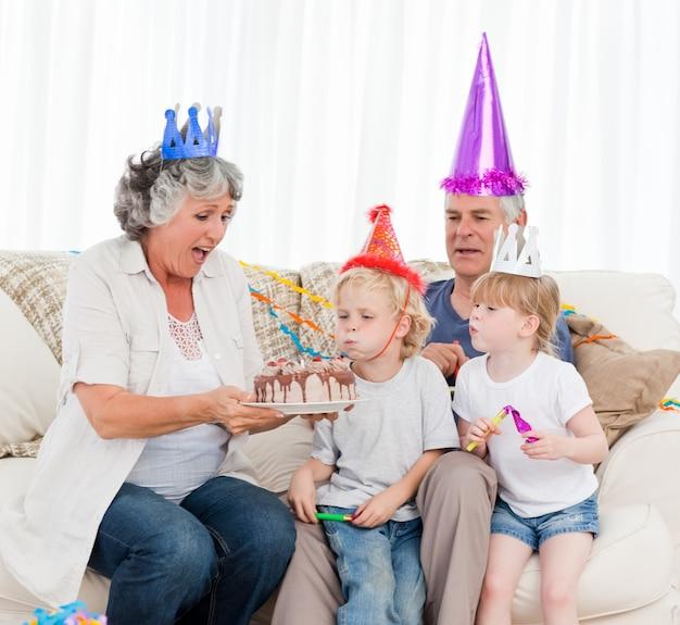 Dzieci dmuchanie na tort urodzinowy