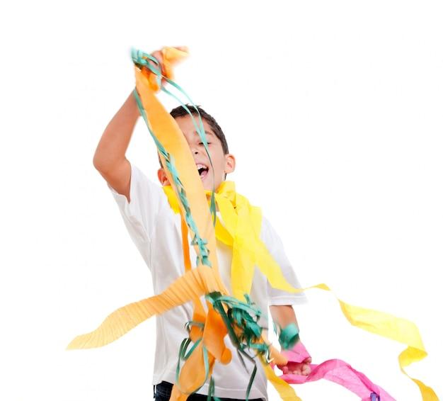 Dzieci dziecko na imprezie z bałaganiarską kolorową wstążką papieru