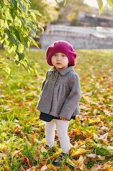 Dzieci dziecko w ubrania retro wiosna jesień. małe dziecko siedzi uśmiecha się w przyrodzie