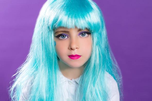 Dzieci dziewczyna z niebieską truquoise długą peruką jako fashiondoll