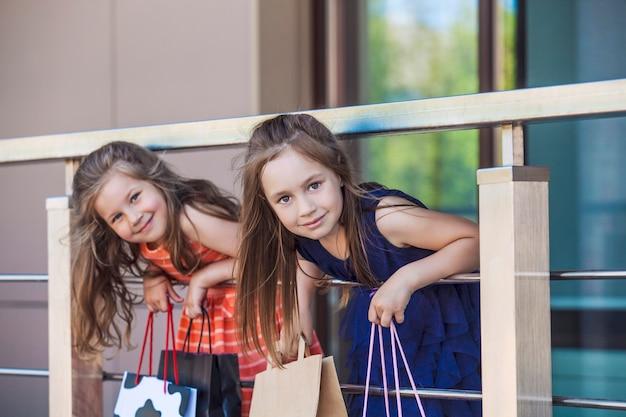Dzieci dziewczyny panie pośród centrum handlowego w mieście