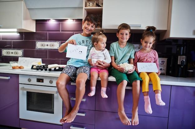 Dzieci gotują w kuchni, szczęśliwe chwile dzieci. czworo dzieci, duża rodzina.