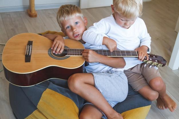 Dzieci grają na gitarze