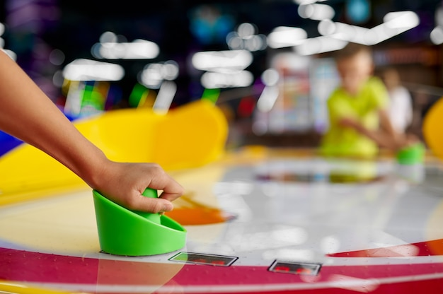 Dzieci grają w cymbergaj w centrum rozrywki. zabawa dzieci, rywalizacja sportowa na placu zabaw, szczęśliwe dzieciństwo