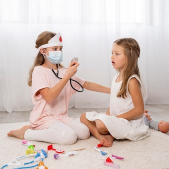 Dzieci grają w grę medyczną w domu