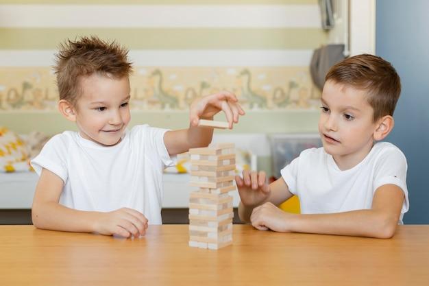 Dzieci grają w grę w drewnianą wieżę