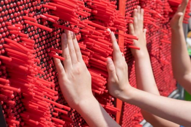 Dzieci grają w rozwijającą się grę dla wyczucia dotykowego.