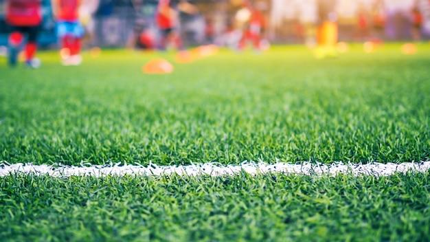 Dzieci grające w piłkę nożną na boisku