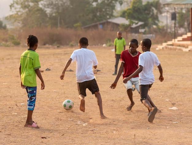 Dzieci grające w piłkę nożną