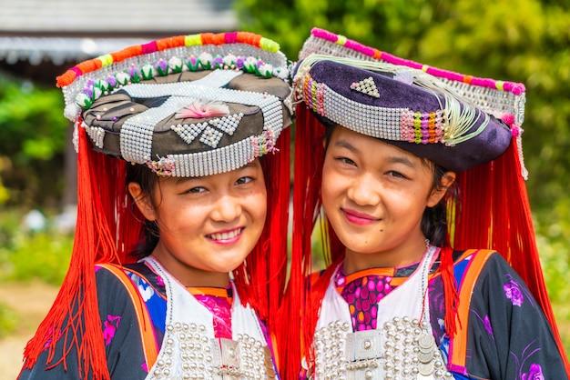 Dzieci hmong ze śluzem nosowym, portret małych dziewcząt h'mong (miao) ubranych w tradycyjny strój podczas świąt księżycowego nowego roku