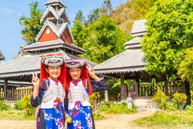 Dzieci hmong ze śluzem nosowym, portret małych dziewczynek h'mong (miao) ubranych w tradycyjny strój podczas świąt księżycowego nowego roku