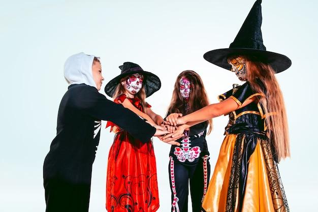 Dzieci i nastolatki jak czarownice i wampiry na białym