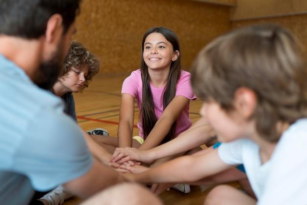 Dzieci i nauczyciel wychowania fizycznego z bliska