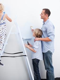 Dzieci i rodzice przygotowują nową dekorację