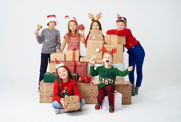 Dzieci i stos świątecznych prezentów