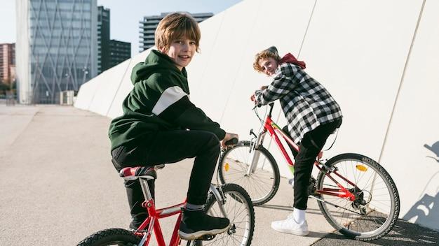 Dzieci jeżdżące na rowerach na zewnątrz
