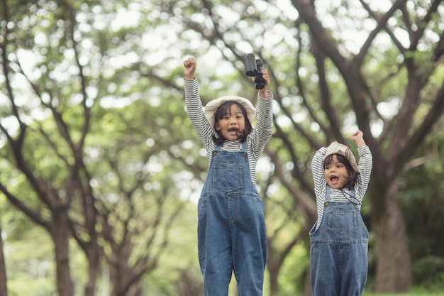 Dzieci kierują się na rodzinne pole namiotowe w leśnym spacerze trasą turystyczną. droga kempingowa. koncepcja wakacje rodzinne podróży.