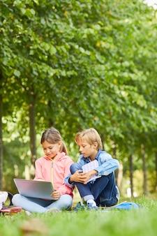 Dzieci korzystające z laptopa do nauki