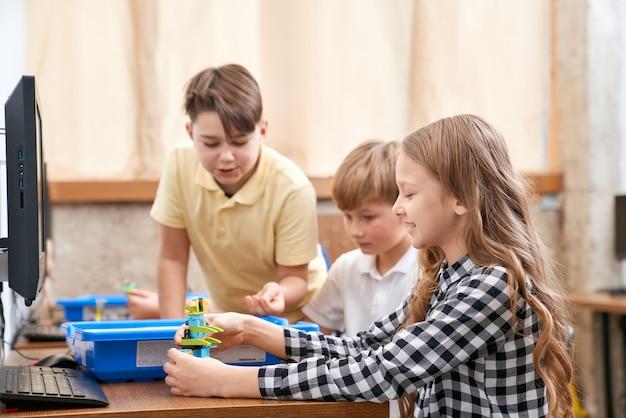 Dzieci korzystające z zestawu budowlanego