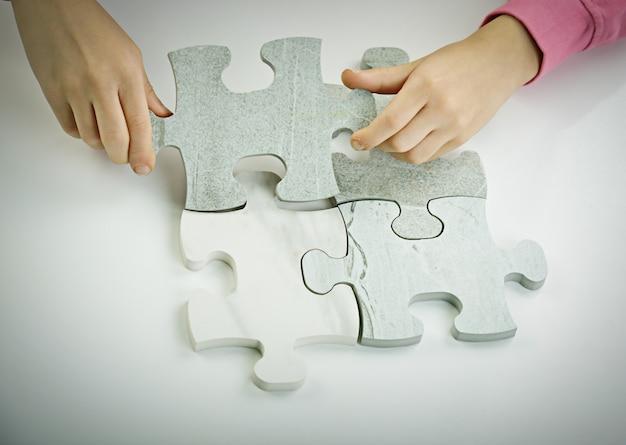 Dzieci łączące układankę