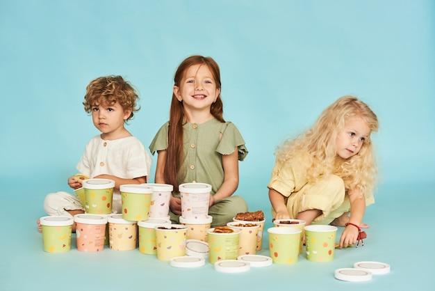 Dzieci lubią różne rodzaje pastylek na niebieskim tle.