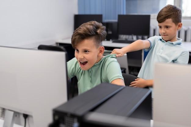 Dzieci mające klasę edukacji technologicznej