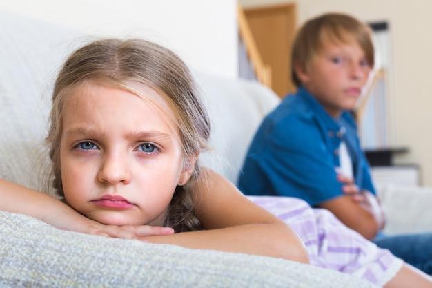 Dzieci mające konflikt w domu