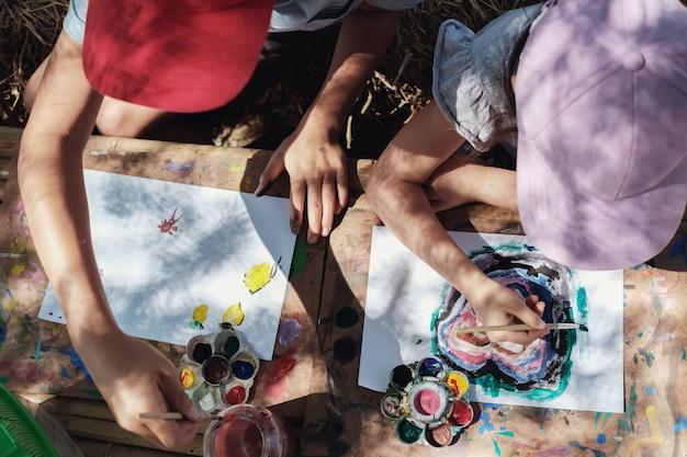 Dzieci malowanie sztuki na świeżym powietrzu