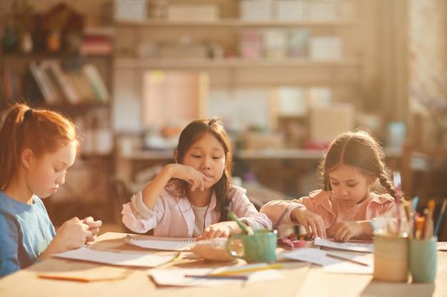 Dzieci malujące w świetle słonecznym
