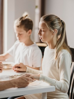 Dzieci modlą się przed jedzeniem