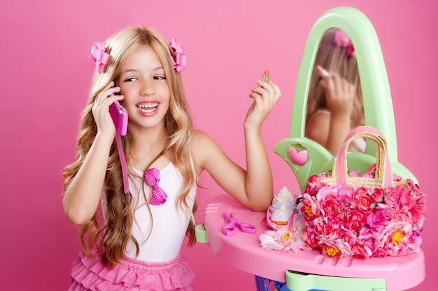 Dzieci mody lalki blond dziewczyna rozmawia z telefonu komórkowego