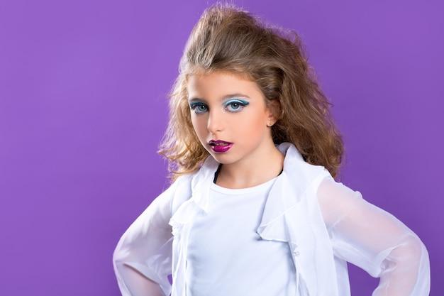 Dzieci mody makeup dzieciaka dziewczyna na purpurach