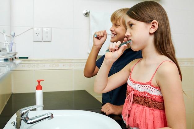 Dzieci myją zęby