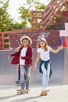 Dzieci na deskorolkach na zewnątrz