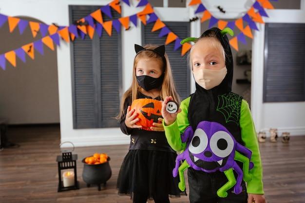 Dzieci na halloween w kostiumach i maskach na twarz