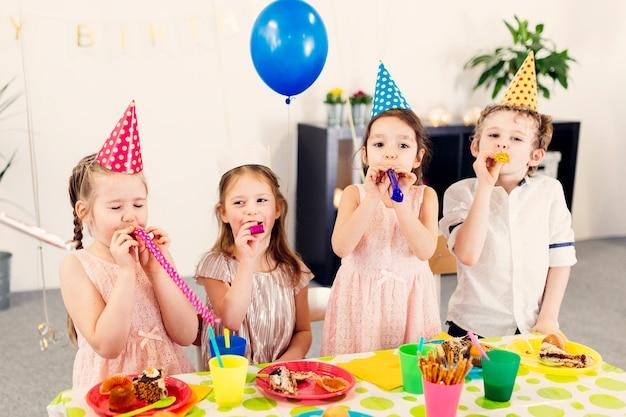 Dzieci na imprezach dmuchanie zabawek