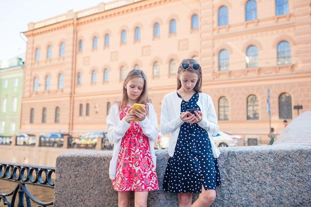 Dzieci na letnim nabrzeżu w sankt petersburgu