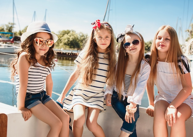 Dzieci na pokładzie jachtu morskiego