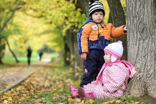 Dzieci na ulicy bawią się wiosną