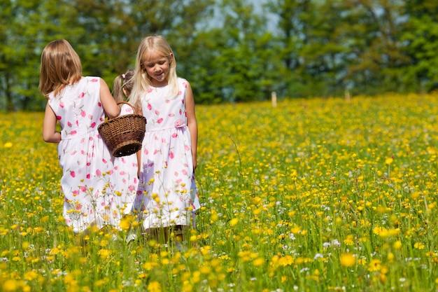 Dzieci na wielkanocnych polowaniach na jajka z koszami