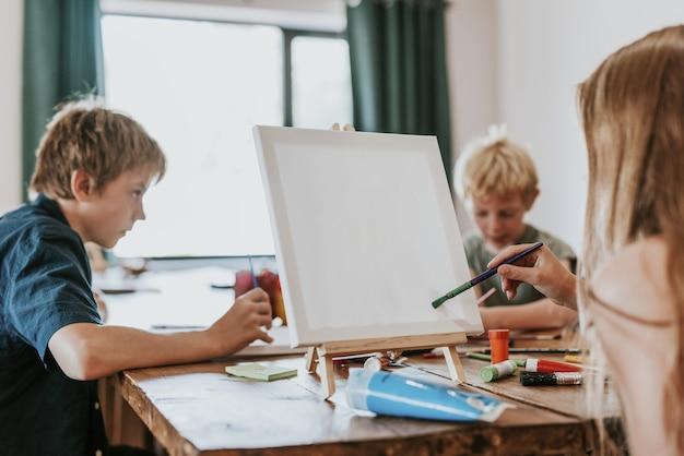 Dzieci na zajęciach plastycznych, homeschooling w nowej normie