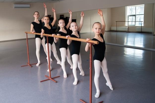 Dzieci na zajęciach tańca baletowego.