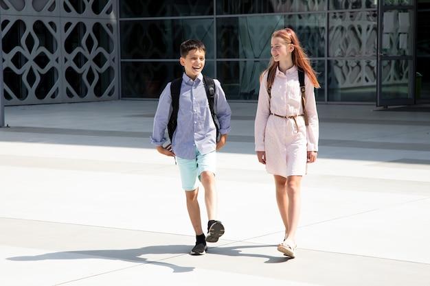 Dzieci nastolatki dzieci w wieku szkolnym chłopiec i dziewczynka rodzeństwo lat na tle betonowej ściany z ...