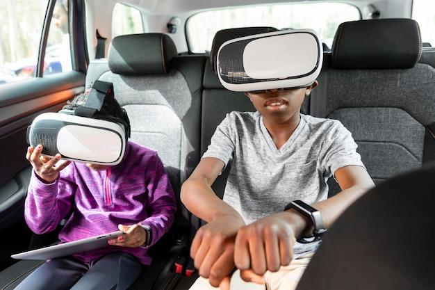 Dzieci noszące gogle wirtualnej rzeczywistości