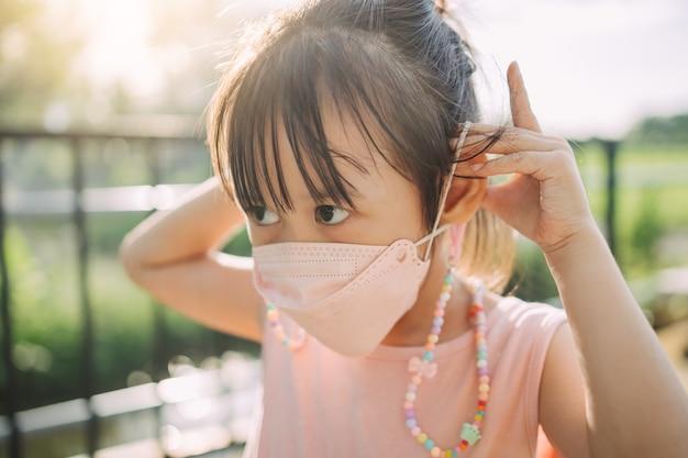 Dzieci noszące maskę, aby chronić się przed wirusami i zanieczyszczeniem powietrza;